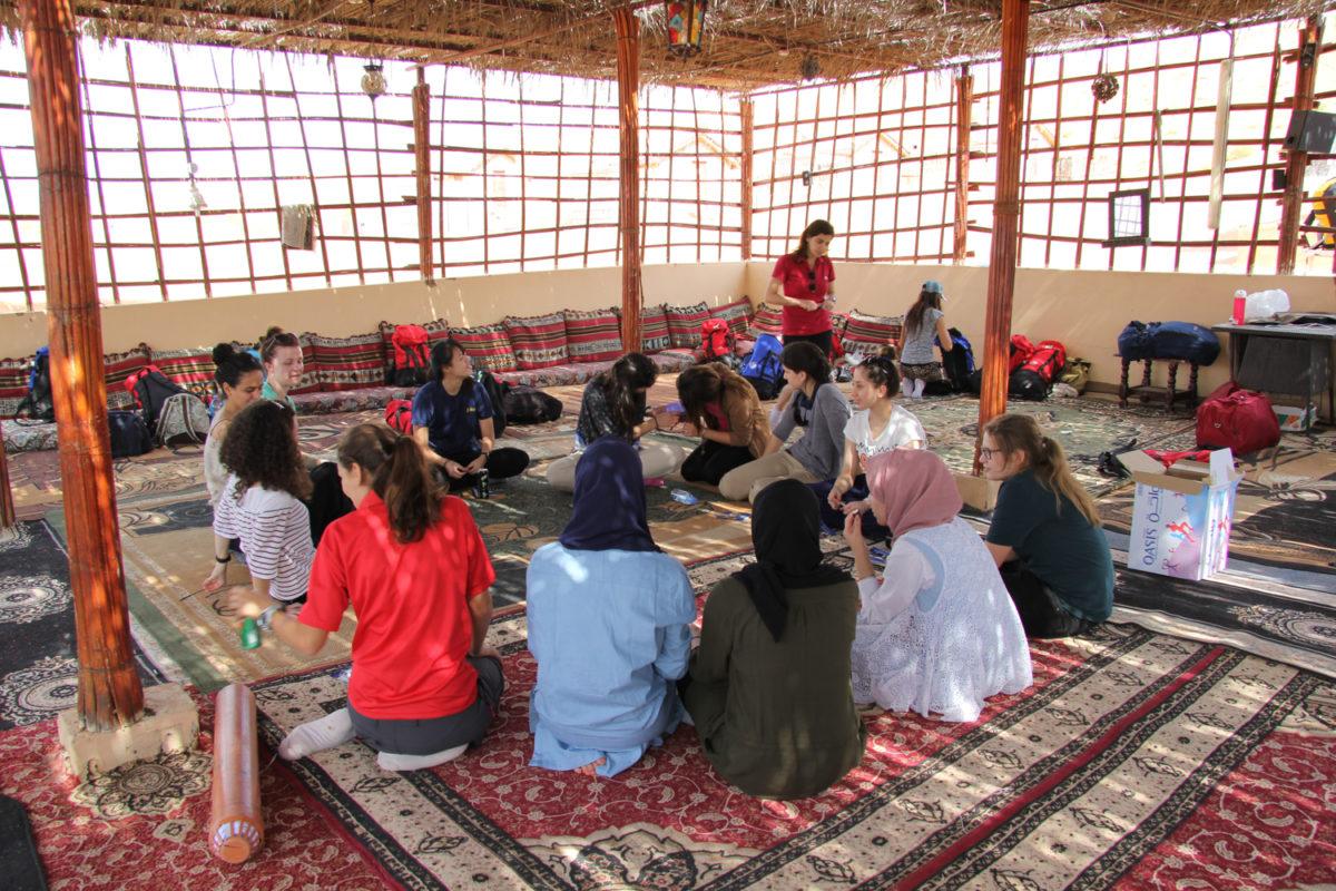 """Aprender(se) dialogando: el programa """"Connecting Cultures"""" en Sharqiya Sands, Omán"""